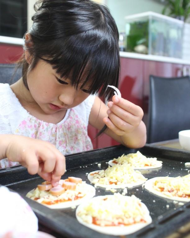 子どもたちのピザ作り