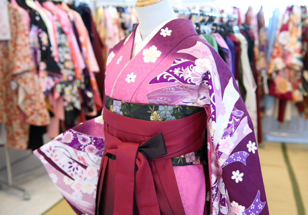 卒業袴レンタル衣装展準備中 8月24日9時より開催